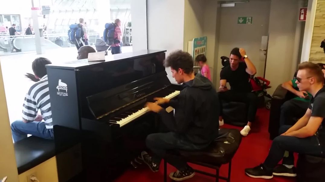 WOW! Amazing Piano Player surprises Passengers at Munich Central Station (Thomas Krüger)