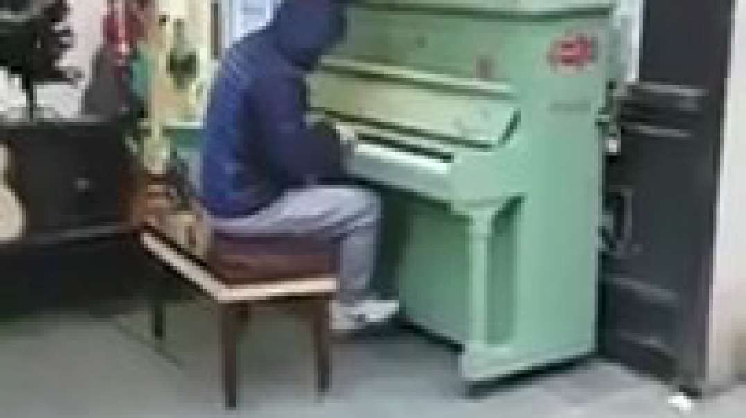 AMAZING.... random lad plays dance songs on a public piano in Manchester